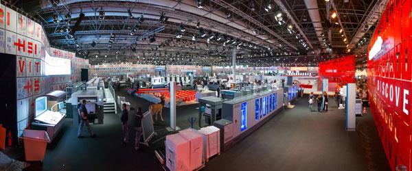 """Hier der mit dem """"red dot design award"""" ausgezeichnete Messestand auf der drupa 2012 der Heidelberger Druckmaschinen AG."""